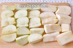 Яблоки помыть, нарезать на кусочки, удалив сердцевину.
