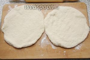 Тесто разделить на 2 части и раскатать лепёшки.
