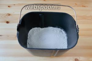 Тесто для булочек я замешивала в хлебопечке Панасоник 2501. Знаю, что в большинстве хлебопечек порядок закладки ингредиентов предполагает сначала добавлять жидкие ингредиенты, а затем сыпучие. Но в моей он другой. Поэтому сначала, на дно хлебопечки, высыпаем дрожжи, затем муку, соль и сахар.