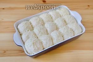 Когда булочки поднимутся, смазываем верхушки молоком при помощи кисточки и посыпаем их сверху штрейзельной крошкой.