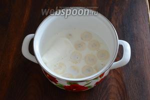 Наливаем молоко к остальным ингредиентам.