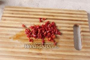 Нарезаем вяленые помидоры мелко.