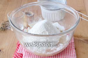 Просеиваем муку и смешиваем с солью, вливаем 3 ложки масла.