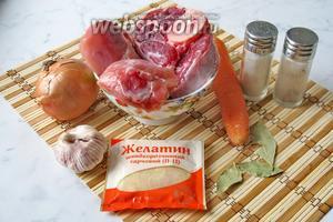 Для приготовления холодца из говяжьей голени и курицы потребуется говяжья голень, любые части курицы (у меня голени), вода, лук репчатый, морковь, чеснок, лавровый лист, желатин, соль, перец чёрный молотый.