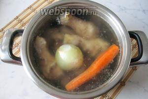 Через 1 час варки добавить в кастрюлю луковицу и морковь.