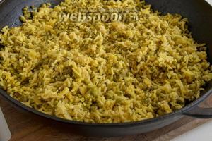 Посолите мелкой солью и вcпушите рис с машем вилкой, перемешивая одновременно, чтобы соль равномерно распространилась.