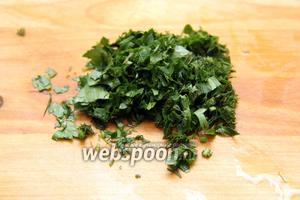 Зелень (0,5 пучка) мелко порубить.