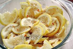 Дольки лимонов добавить в ёмкость, где смешаны специи, и хорошо перемешать.