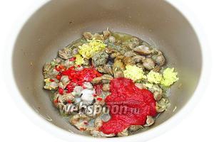 Затем добавить томатную пасту, воду, перец чили, тёртый имбирь, чеснок и посыпать зирой, перцем и солью. Вместо воды можно взять мясной бульон.