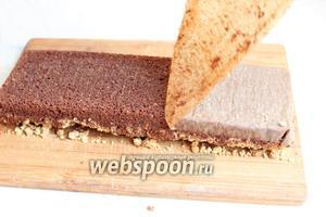 Перевернём бисквит, снимаем бумагу. Если надо, обрезаем его по нашей форме, в которой будет торт.