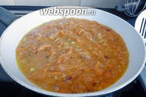 Добавим к овощам томатный соус, немного воды, при необходимости соль и сахар. Прокипятим минуты 3-5.