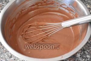 Тесто разделить на 2 части. В 1 часть добавить какао и смешать венчиком до полного растворения. Если тесто слишком густое, добавить 2 столовые ложки молока.