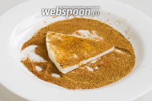 Каждый ломтик адыгейского сыра «запанируйте» в смеси соли и пряностей.