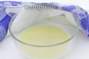 В тёплое молоко насыпьте ложку сахара и дрожжи. Перемешайте и оставьте на 10-15 минут в тёплом месте для активации дрожжей.