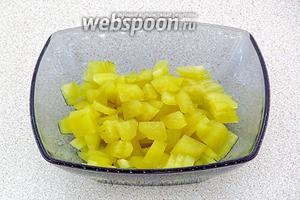 Солёные огурцы очистить от кожицы, разрезать вдоль на 4 части, а затем каждую четвертинку тонко нарезать поперёк.