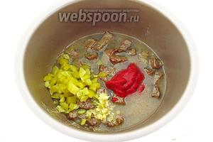 Мультиварку перевести в режим «Тушение», добавить к мясу томат-пюре, огурцы, чеснок, вино, бульон, посолить по вкусу и закрыть крышку.