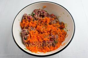 Добавить подготовленную морковь к фаршу. Перемешать.