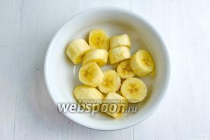Подготовленные (охлаждённые в морозилке) бананы вынуть из контейнера. Пюрировать.