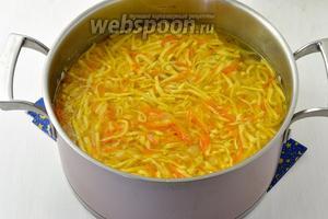 Когда перепела будут готовы, вынуть их, а в кастрюлю выложить смесь подготовленных овощей и домашнюю лапшу.  Довести до кипения и готовить 3-4 минуты (до готовности лапши).