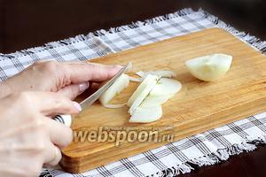 Репчатый лук нарезать тонкими полукольцами.