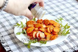 На блюдо выложить свежие листочки одуванчика или рукколу. Я удивилась, что молодые листочки одуванчика совсем не имеют горечи, они абсолютно нейтральны по вкусу, очень приятны. Сверху выложить поджаренную морковь. Посыпать орегано, перцем.
