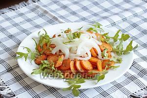Маринованный лук уложить поверх моркови горкой, посыпать рубленой кинзой. Салат готов, можно сразу подавать.