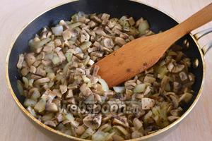Грибы и лук нарежьте кусочками и обжарьте на растительном масле. Приправьте солью, перцем, тимьяном и сушёным чесноком.