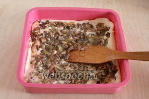 В форму с горячим маслом налейте половину кефирного теста, затем выложите сверху начинку.