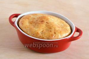 Кстати, такой пирог можно приготовить и порционно, используя для этих целей керамические формочки или кокотницы. Готовый заливной пирог с грибами подавайте в тёплом виде! Приятного аппетита!