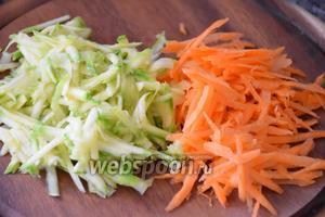 Морковь и цукини натереть на крупной тёрке.