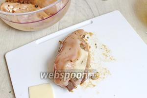 Кладём 1 ложку грибов туда и 1 ломтик сыра (12-13 г).