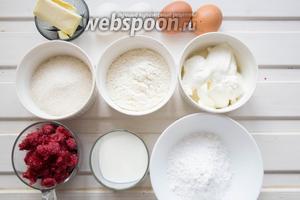 Ингредиенты: масло сливочное, молоко, мука, сахар, разрыхлитель, яйца, желтки, замороженные ягоды ежевики, малины и черники, сливки жирные.