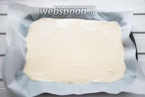 Тесто вылить на подготовленный (проложенный пергаментом) противень и поставить в разогретую до 190°С духовку на 10-15 минут. Готовый бисквит должен пружинить под пальцами, не пересушите.