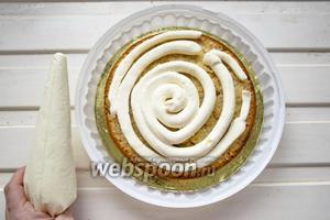 Сливки (200 мл) взбиваем до пиков, смешиваем с творожным сыром (300 г) и сахарной пудрой (100 г). Перекладываем крем в кондитерский мешок и отсаживаем крем на торт по спирали, затем ровняем лопаткой.