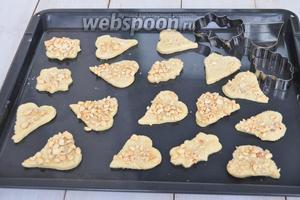 Раскатаем тесто и вырежем формой печенье. Печенье будем класть в тарелку с орехами и немного прижмём, чтобы ореховая смесь прилипла к поверхности печенья. Сразу ставим выпекать в духовку при 180°C 25 минут.
