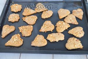 Готовое печенье остудить на листе и подавать.