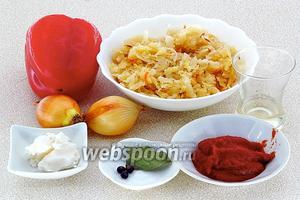 Для приготовления блюда нужно взять квашеную капусту, стручки сладкого перца, репчатый лук, ягоды можжевельника, томатную пасту, белое сухое вино, 1/2 лаврового листа и свиной жир.