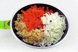 На сковороду с разогретым жиром выложить отжатую от рассола квашеную капусту, перец и лук, добавить можжевеловые ягоды.