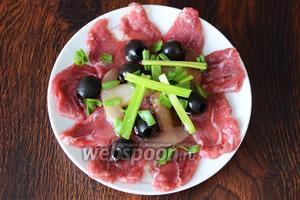 Затем можно подавать карпаччо на стол. Я же люблю, когда мясо немного промаринуется, и подаю его через 2-3 часа спустя.