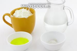 Для приготовления возьмите муку пшеничную, воду тёплую, соль, топлёное масло, подсолнечное масло.