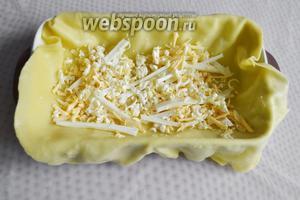 Поверх сыра натираем замороженное сливочное масло.
