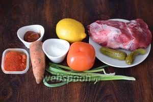 Для приготовления азу с говядиной вам понадобится соль, перец чили молотый, морковь, томатная паста, зелёный лук, помидор, лимон, огурцы-корнишоны, а также мякоть говядины.
