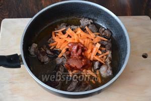 Затем кладём 1 нарезанную морковь, 2 ст. л. томатной пасты и добавляем кипячёную воду.