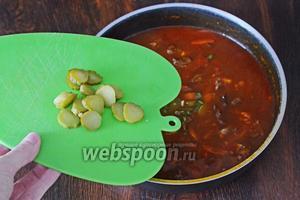 Высыпаем нарезанные солёные корнишоны (2 штуки) и зелёный лук (1 пучок). Солим при надобности по вкусу.