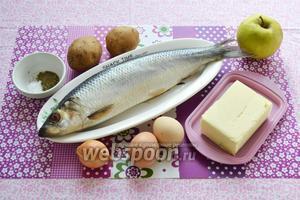 Подготавливаем необходимые ингредиенты для приготовления рецепта: картофель, прованские травы, соль, сельдь, яблоко, лук, яйца и сливочное, и подсолнечное масло.