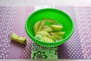 Очищаем и нарезаем дольками 1 яблоко и 1 лук.