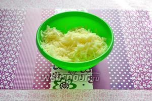 Для приготовления корзинок очищаем картофель (3 штуки) и натираем на крупную тёрку.