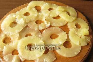 Нарезаем ананасы — это оказалась самая трудная операция, удобно проводить ножом как, открывалкой, по кругу.