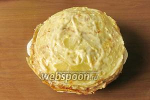 Второй блин: чередуем ананасы, чтобы выровнять торт, кружки должны попадать на разные сектора торта. Кладём крем, накрываем блином.