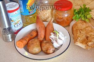 Для приготовления взять горох колотый, лук, морковь, картофель, чеснок, соль, перец, подсолнечное масло, сладкую паприку и сало копчёное.